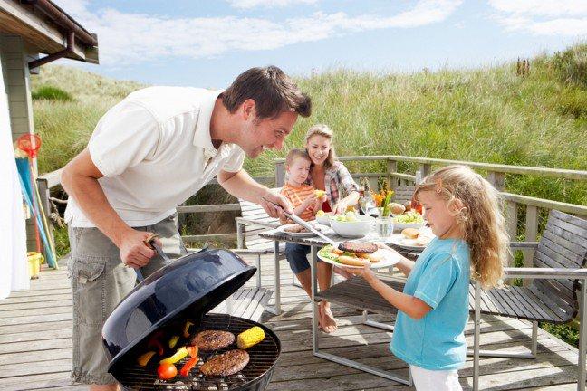 10. Na co uważać na wakacjach?Lato kojarzy nam się z grillem, koktajlami przy basenie, grami na świeżym powietrzu oraz dużą ilościąniezdrowego jedzenia. Chipsy, hot dogi, lody i piwo to najbardziej popularne letnie przekąski, niewiesz jednak, jak bardzo zagrażają twojej sylwetce. Sprawdź, które wakacyjne potrawy są najbardziejkaloryczne!