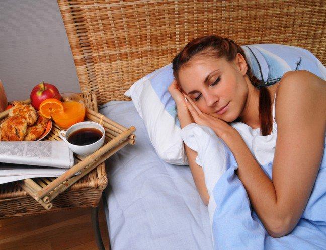 11. To, co jesz ma wpływ na senCzy to, co jesz ma jakikolwiek wpływ na sen? Tak, i to duży! Sprawdź, które produkty pomogą ciodpłynąć spokojnie w krainę łagodności, a które sprawią, że obudzisz się niewyspany.