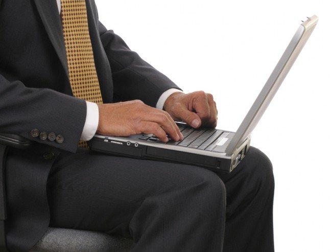 9. LaptopyLaptop może być wielozadaniowym sprzętem, dzięki któremu zamówisz obiad i zarobisz na życie. Jednak naukowcyodkryli, że trzymanie laptopa na udach może wpłynąć na jakość spermy i powodować bezpłodność.