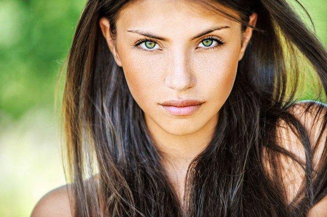 10. Makijaż brunetkiBrunetki mają szczęście, bo ich typ urody doskonale prezentuje się zarówno w stonowanymjak i mocnym makijażu. Poznaj podstawowe wskazówki dotyczące wykonania makijażu uciemnowłosej kobiety.